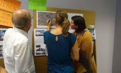 1 In der Projektsteuerungsgruppe besprechen die Architekturdozenten der Uni Lüttich und der RWTH Aachen mit der WFG die Unterlagen zu den 28 eingereichten Gebäuden.
