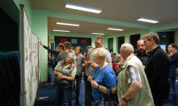 10. Die Walleroder schauen sich aufmerksam die Projektblätter an und entscheiden sich dann für ihre wichtigsten Themen.
